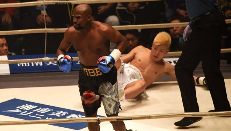 El estadounidense Floyd Mayweather fue letal contra el japones Tenshin Nasukawa. (Foto Prensa Libre: AFP)