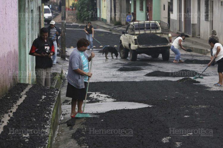 Varios municipios amanecieron cubiertos de material volcánico.