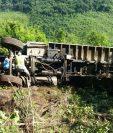 Camión volcó en Panzós, Alta Verapaz cuando transportaba trabajadores hacia Tactic. (Foto Prensa Libre: Eduardo Sam)