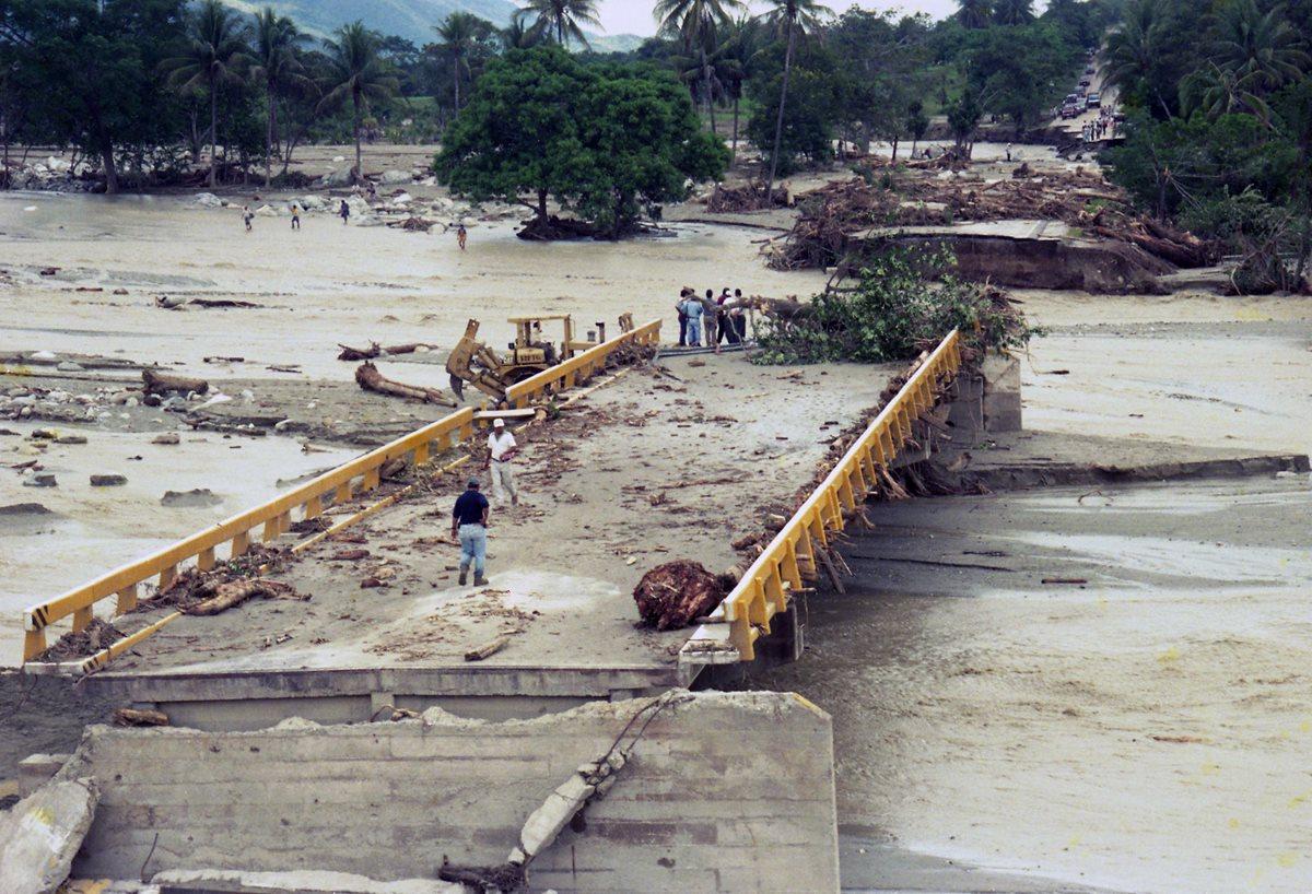 El huracán Mitch, uno de los ciclones tropicales más poderosos y mortales que se han registrado, en Centro America el cual a durado del 22 de octubre al 5 de noviembre 1998.produjo en Guatemala destrucción y desolación . (Foto: Prensa Libre: Hemeroteca PL)
