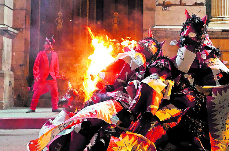Integrantes de organizaciones quemaron una pila de figuras del diablo frente a la sede del Congreso de la República, para simbolizar la quema de la corrupción.