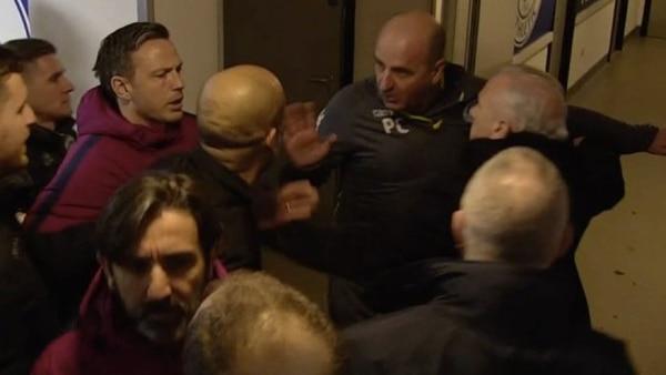 Josep Guardiola y el entrenador del Wigan Paul Cook discuten después de la eliminación de los citizens. (Foto Prensa Libre: Tomada del canal de Youtube Sports Planet).