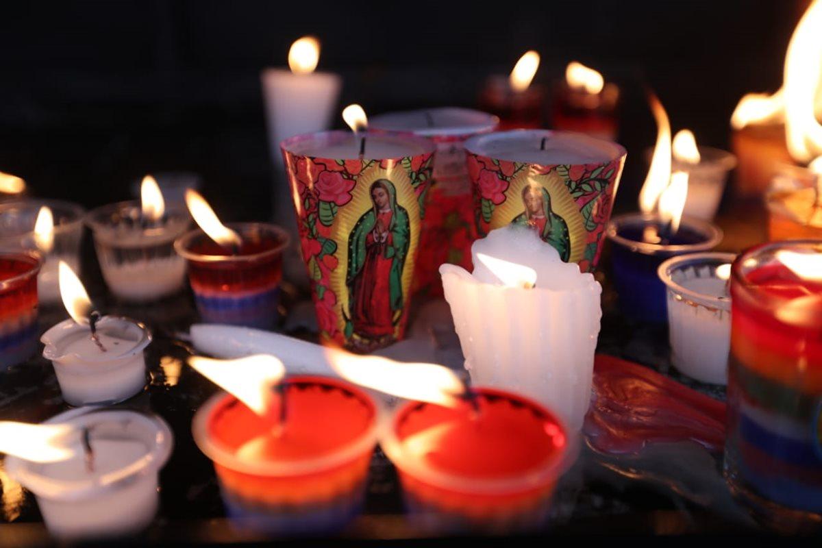 En los laterales del Santuario, miles de velas son encendidas para realizar diferentes peticiones a la Virgen.
