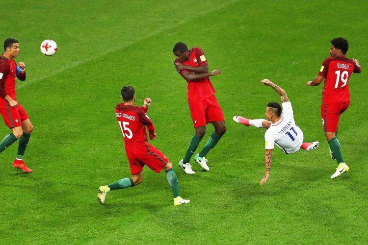 La media vuelta de Eduardo Vargas estuvo cerca de convertirse en gol para Chile.