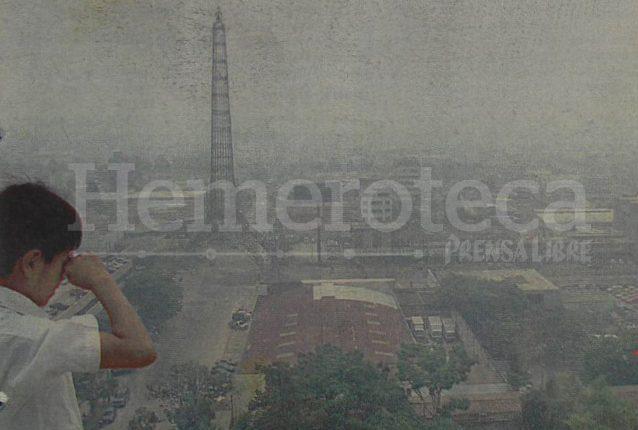 Vista de la Torre del Reformador y parte de la capital que se adivina entre la densa bruma que afectaba el territorio nacional el 20 de mayo de 1998. (Foto: Hemeroteca PL)
