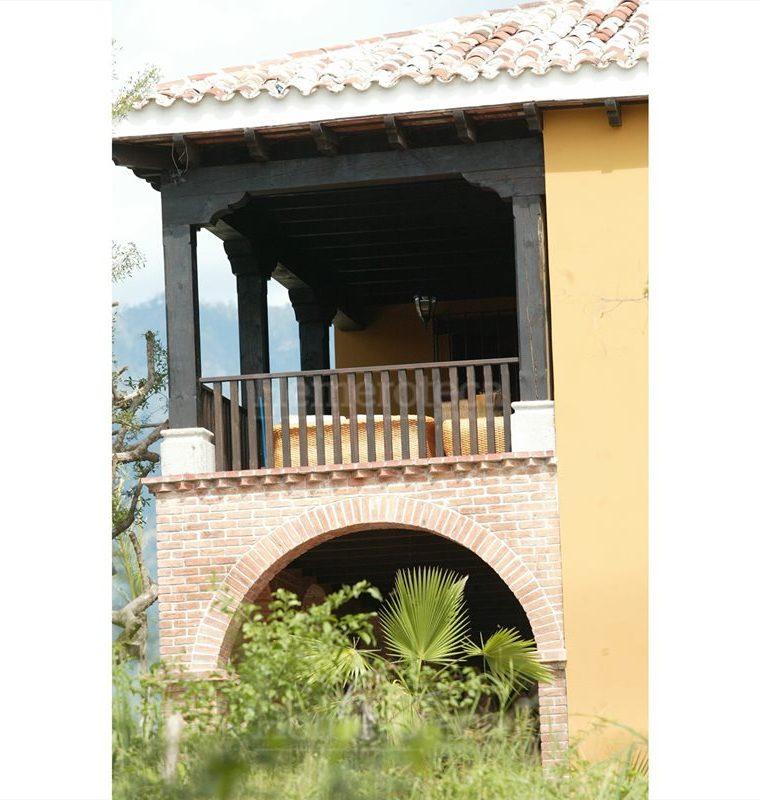 El largo balcón con arquería de madera le da elegancia a la residencia. (Foto: Hemeroteca PL)