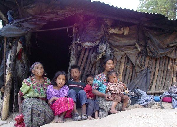 Los programas sociales deberían sacar a las personas de la pobreza extrema, dicen analistas. (Foto Prensa Libre: Hemeroteca)