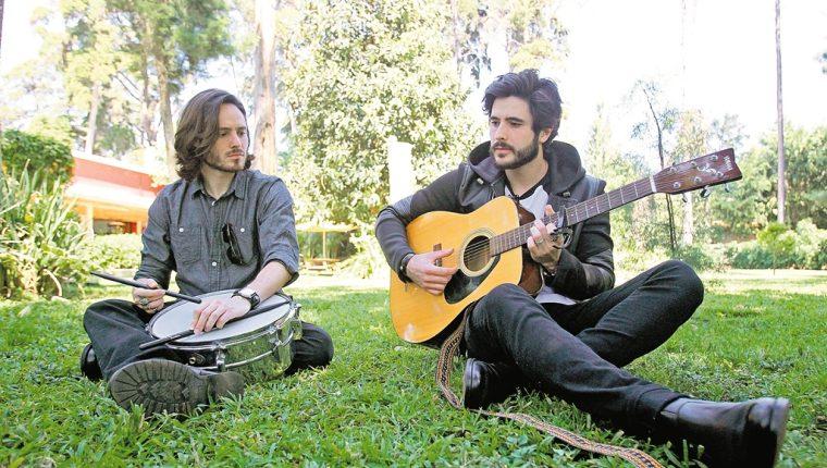 Los hermanos Andrés y Diego Sanjose presentarán sus canciones al público nacional. (Foto Prensa Libre: Keneth Cruz)