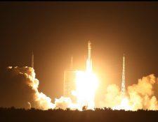 Espectadores observan el lanzamiento del cohete de Long March en Wenchang,China. (AP).