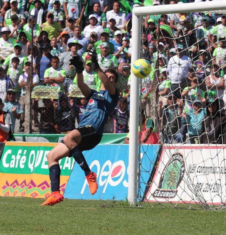 El guardameta escarlata recibió 23 tantos —5 en la fase final— en los 27 encuentros que disputó. (Foto Prensa Libre: Eddy Recinos)