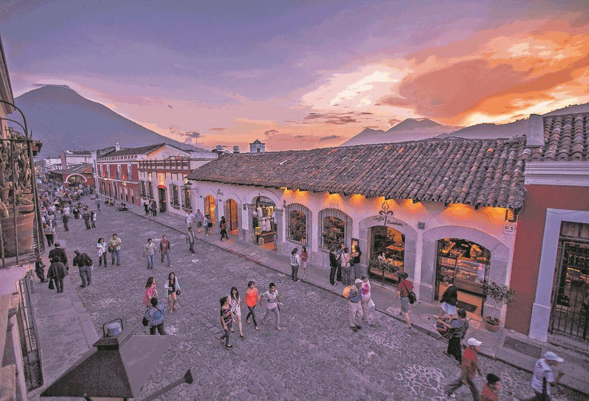 Cientos de turistas nacionales y extranjeros recibirán el año en la ciudad colonial. (Foto Prensa Libre: Hemeroteca PL)