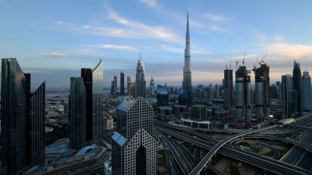 En menos de 50 años, Dubái se ha transformado de una remota aldea en el margen de un desierto en una imponente y moderna ciudad que es centro financiero internacional. GETTY IMAGES