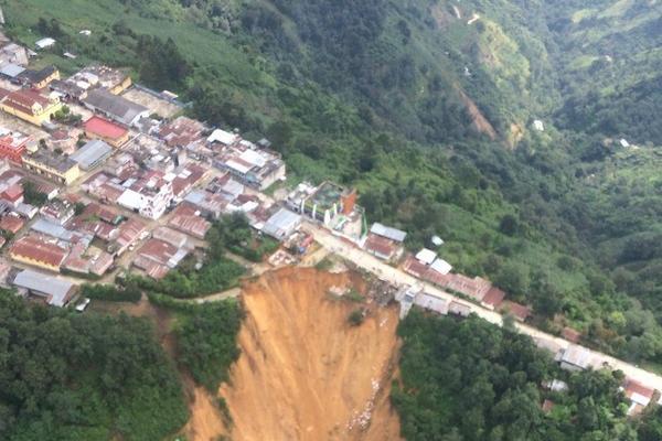 Derrumbe podría crecer y partir el área urbana de Tectitán, Huehuetenango. (Foto Prensa Libre: Mike Castillo)