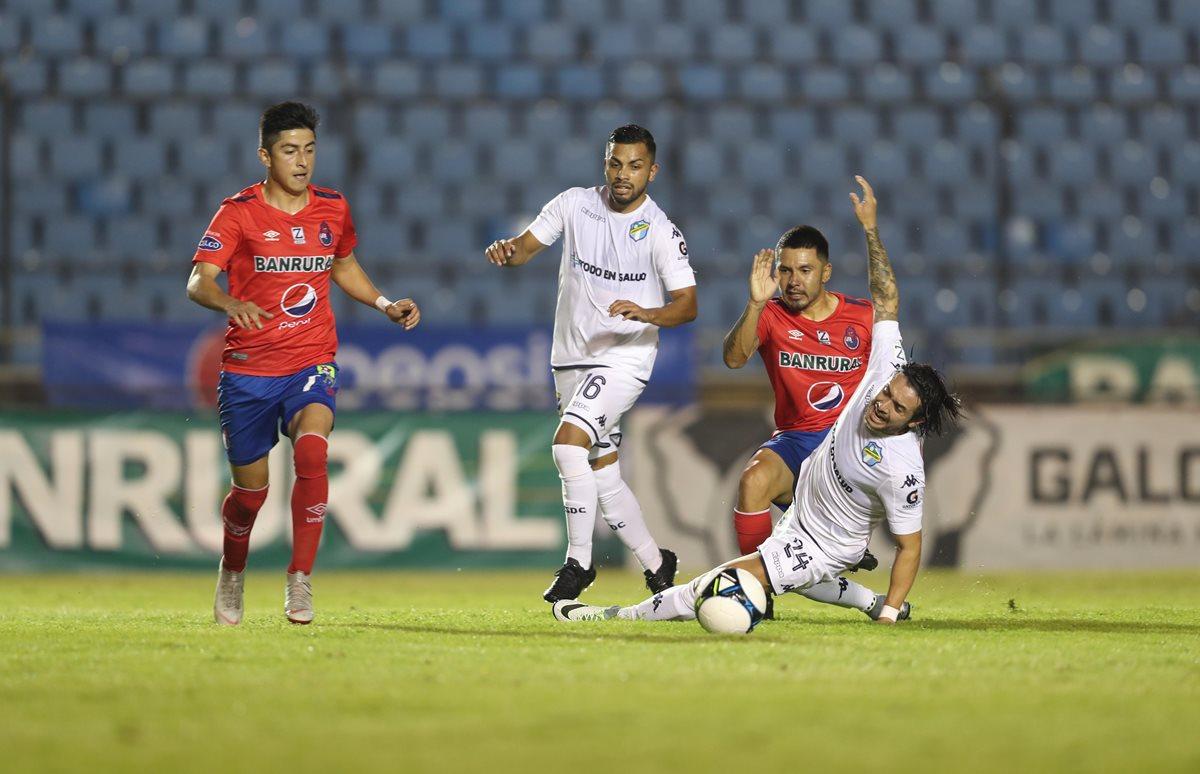 Kendell Herrarte, de Comunicaciones, y Jaime Alas, en disputa por el balón. (Foto Prensa Libre: Francisco Sánchez).