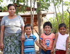Carmen posa junto a Isaí, Joel y Carmen, tres de los cuatrillizos, en su casa de La Máquina, Suchitepéquez. (Foto Prensa Libre: Cristian Icó Soto)