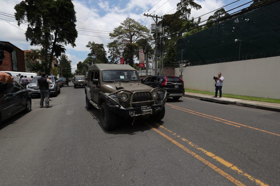 Estos vehículos militares circularon frente a las oficinas de la Cicig. (Foto Prensa Libre: Cicig)