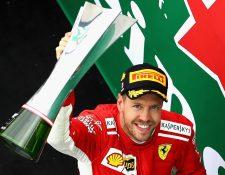 Sebastian Vettel muestra el trofeo luego de ganar en el GP de Canadá. (Foto Prensa Libre: AFP)