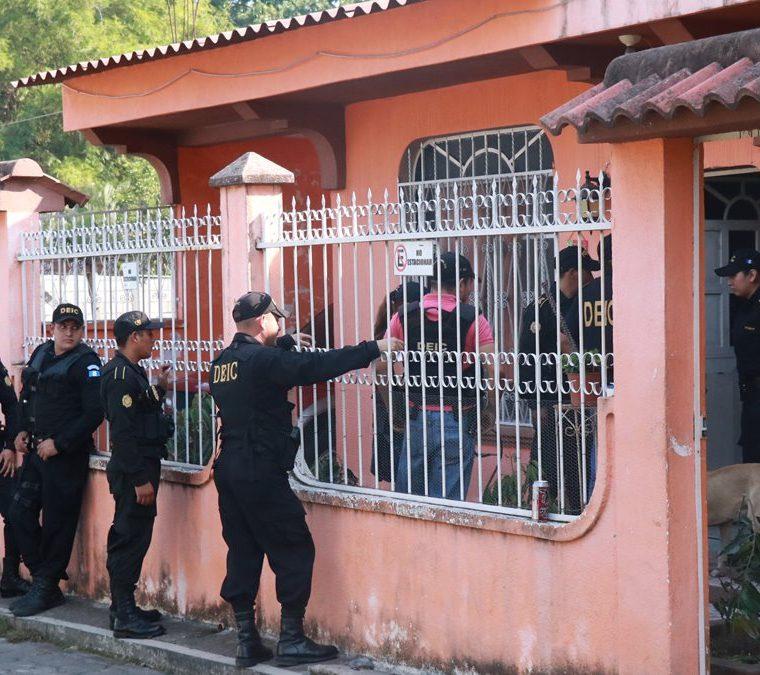 La Policía allana un inmueble en Patulul. (Foto Prensa Libre: Cristian Icó)