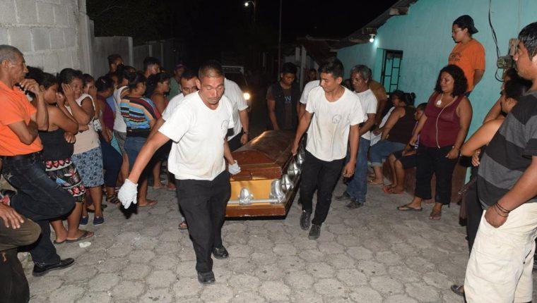 Personal de una funeraria retira el cadáver de Etelvina Cabrera García para trasladarlo a la morgue. (Foto Prensa Libre: Mario Morales)