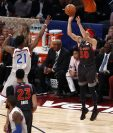 Curry anota ante la marcación de Butler durante el juego de esta noche. (Foto Prensa Libre: EFE)