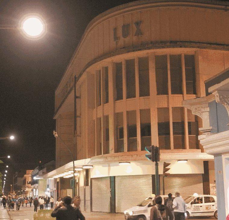 Fachada del cine Lux en la 6a avenida y 11 calle de la zona 1. (Foto Prensa Libre: Hemeroteca PL)