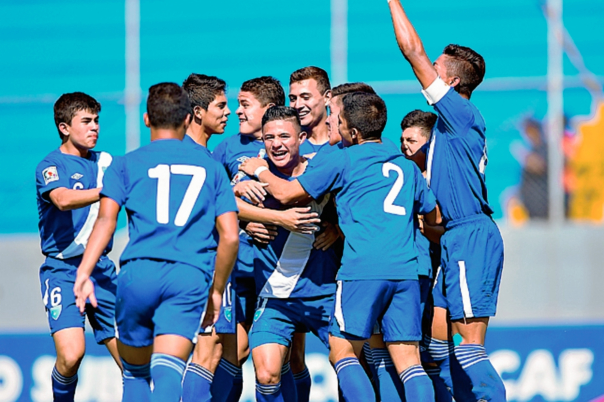 Abel Lemus, al centro, es felicitado por sus compañeros al marcar el tercer gol de Guatemala contra Trinidad y Tobago. (Foto Concacaf.com)