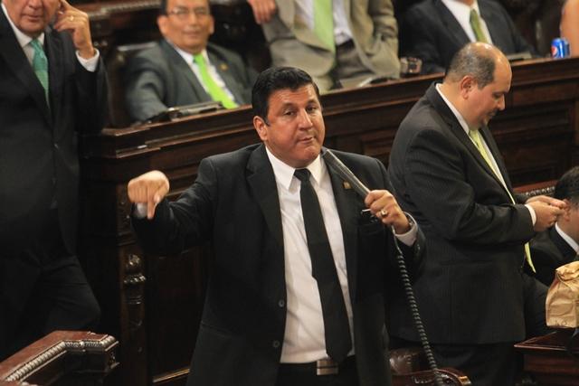 El diputado Estuardo Galdámez, primer secretario de la Junta Directiva del Congreso, defendió la compra de una flotilla de vehículos y la remodelación de su oficina. (Foto Prensa Libre: Hemeroteca PL)
