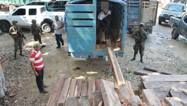 La madera incautada en varios sectores de Petén es almacenada en predios judiciales. (Foto Prensa Libre: Rigoberto Escobar)