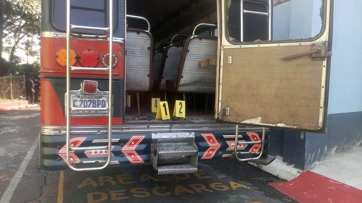 Varios casquillos quedaron dentro de la unidad de los transportes Esmeralda, en Escuintla. (Foto Prensa Libre: Carlos Paredes)