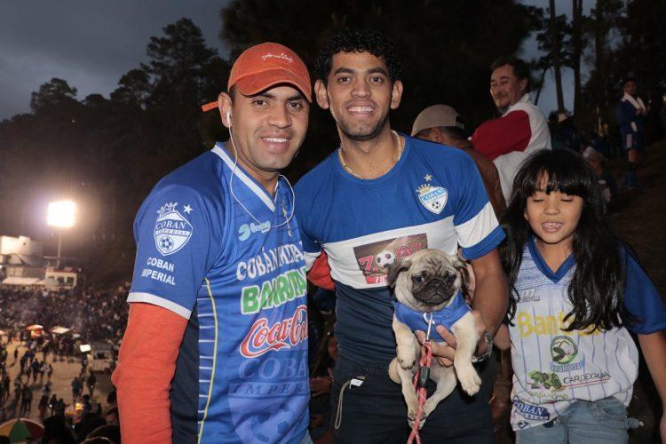 Hasta las mascotas asistieron para dar su apoyo a los cobaneros.