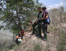 Migrantes centroamericanos continúan cruzando la frontera de EE.UU. (AP).