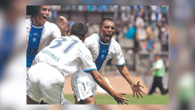Así festejó Juan Carlos 'el Pin' Plata en aquel partido entre Guatemala y Costa Rica. (Foto Prensa Libre: Hemeroteca PL)