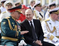 El presidente ruso, Vladimir Putin -centro-, ha ofrecido una respuesta recíproca contra EE. UU. por las sanciones. (Foto Prensa Libre: EFE)
