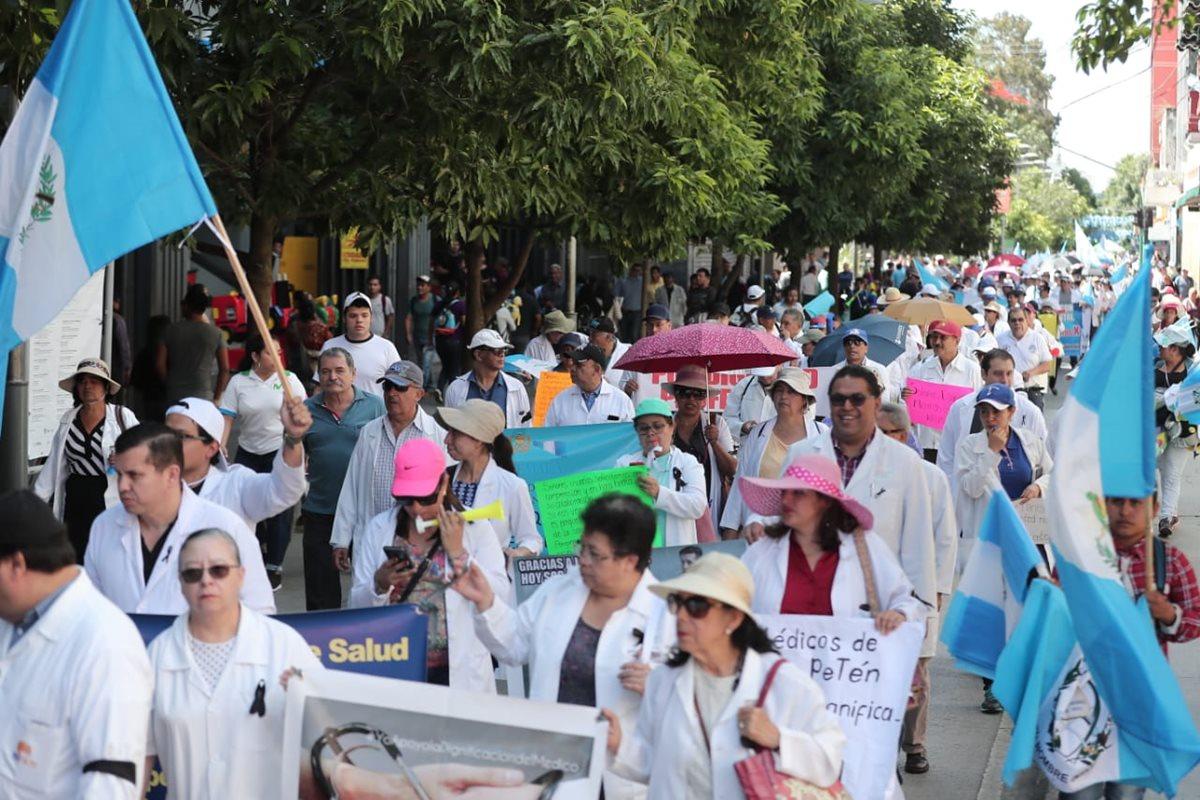 Médicos recorren el Centro Histórico para exigir al Ministerio de Salud una mejora salarial y la renuncia del ministro Carlos Soto. (Foto Prensa Libre: Juan Diego González)
