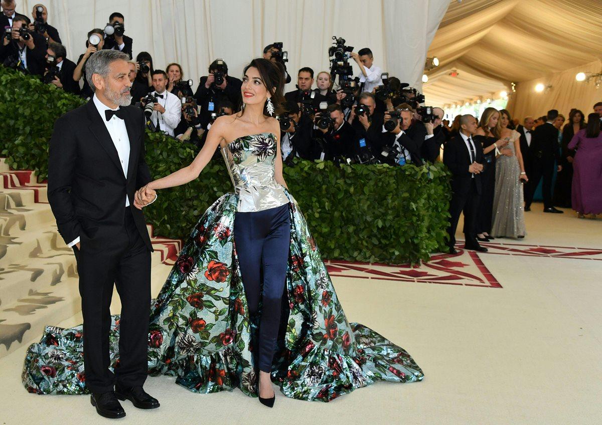 George Clooney junto a Amal Clooney, su esposa, en la gala del MET. El actor resultó herido en un accidente de tránsito (Foto Prensa Libre: AFP).