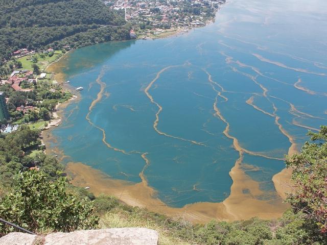Vista aérea del lago de Atitlán, Sololá, contaminado con cianobacteria.(Foto Prensa Libre: Ángel Julajuj)