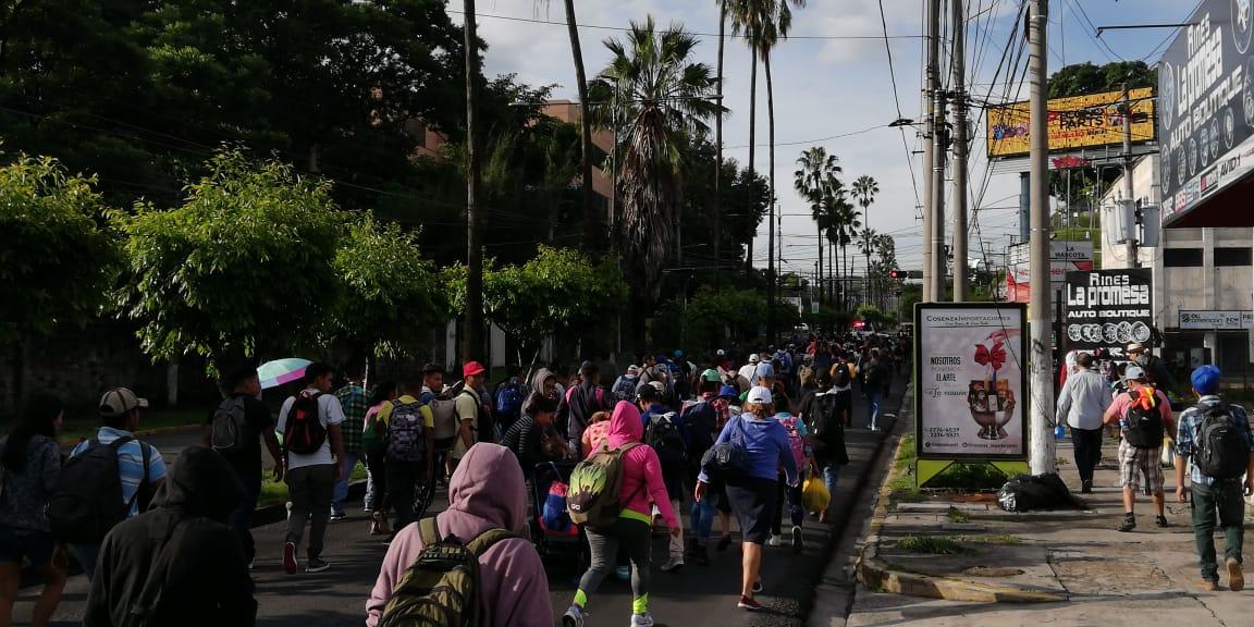 Un centenar de salvadoreños comenzó este domingo una caminata con rumbo a EE. UU. (Fotos Prensa Libre: Twitter)