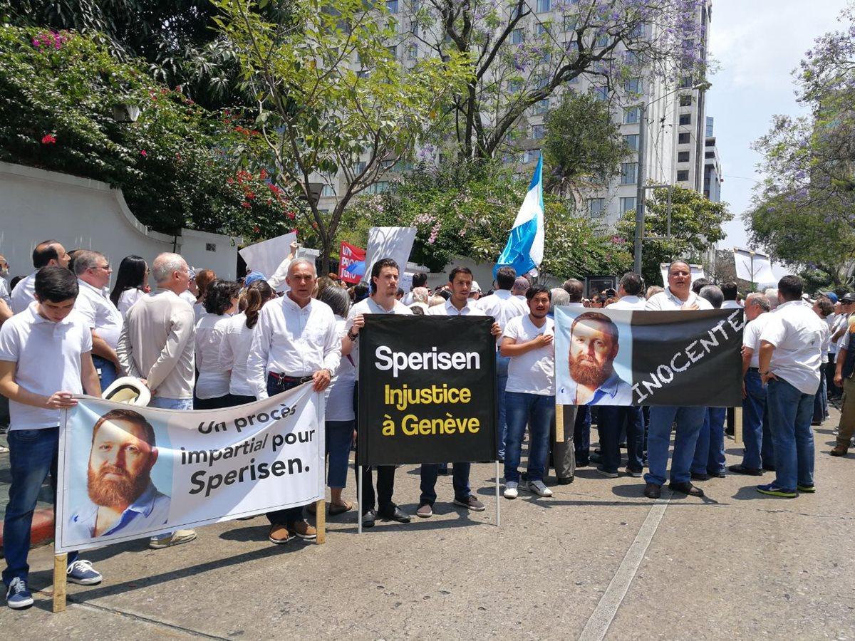 Con mantas y consignas personas piden un juicio justo para el exdirector de la PNC, Erwin Sperisen. (Foto Prensa Libre: Óscar Rivas)