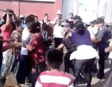 Vendedores agreden a varios agentes de la Policía Municipal de La Tinta, Alta Verapaz. (Foto Prensa Libre: Eduardo Sam Chun)