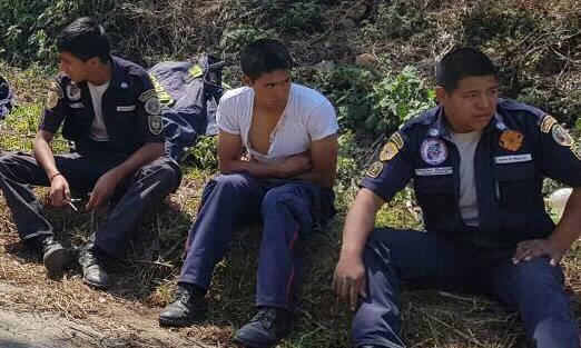 Uno de los tres bomberos fue llevado al hospital de Chimaltenango, ya que fue golpeado en el pecho con una escopeta. (Foto Prensa Libre: Cortesía)