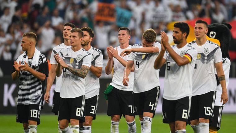 Los jugadores de la Selección de Alemania le aplauden a su público luego de la victoria contra Arabia Saudí, en su último amistoso antes del Mundial. (Foto Prensa Libre: AFP)