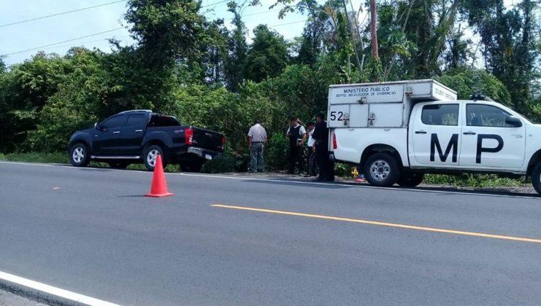 Autoridades resguardan un picop hallado en Izabal, en cuyo interior fueron localizados los cadáveres de cinco personas. (Foto Prensa Libre: Dony Stewart)
