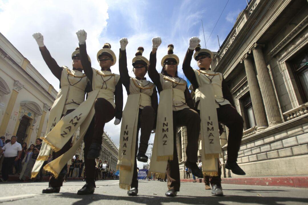 Estudiantes participan en desfiles para celebrar un año sin violencia entre institutos del centro histórico capitalino. (Foto Prensa Libre: Carlos Hernández)