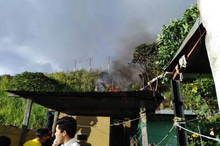 Vecinos apoyaron a cuerpos de socorro para apagar el fuego.