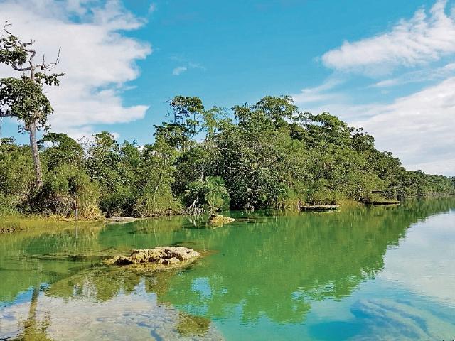 Se estima que a las Verapaces —aquí, la laguna de Lachuá— lleguen unos 37 mil visitantes.