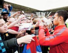 Memphis Depay atendió a sus seguidores luego de la sesión de entrenamiento en Eindhoven. (Foto Prensa Libre: AFP)