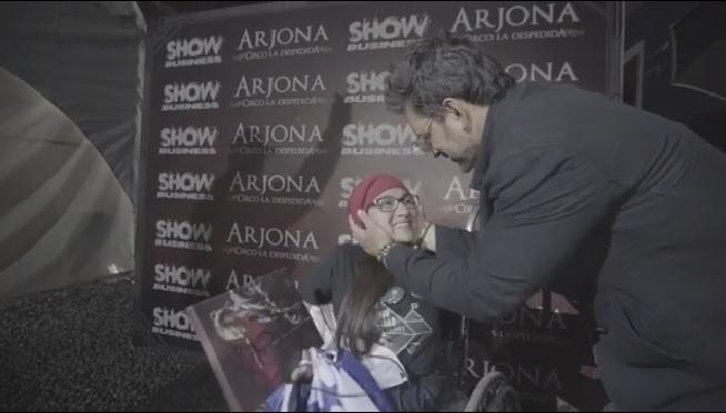 Ricardo Arjona junto a Tania, una admiradora que viajó desde Honduras para ver el concierto del cantautor guatemalteco. (Foto Prensa Libre: Instagram)