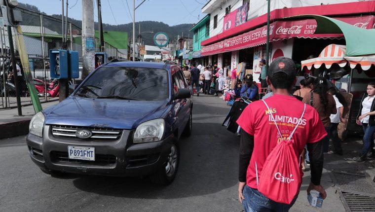 Las calles y avenidas de Amatitlán son angostas, por esa razón se regula el estacionamiento de vehículos. (Foto Prensa Libre: Juan Diego González)