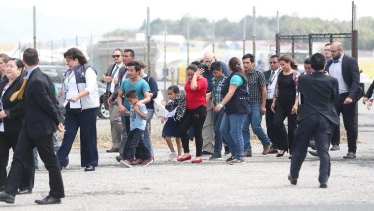 Núcleos familiares arriban al país deportados de EE. UU. (Foto Prensa Libre: Óscar Rivas)