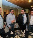 Los alcaldes Miguel Solares, Edwin Escobar y Víctor Alvarizaes saludan al presidenciable Jimmy Morales de FCN-Nación. (Foto Prensa Libre: Álvaro Interiano)